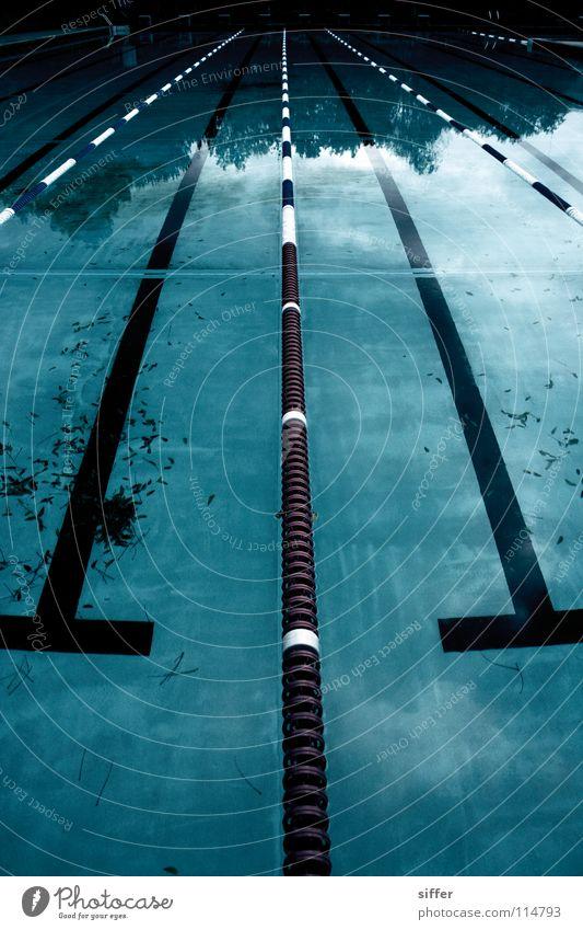 spooky blue blau Wasser weiß rot Blatt Tod Sport Luft Angst nass leer Eisenbahn Schwimmbad Vergänglichkeit Schwimmsport Kitsch
