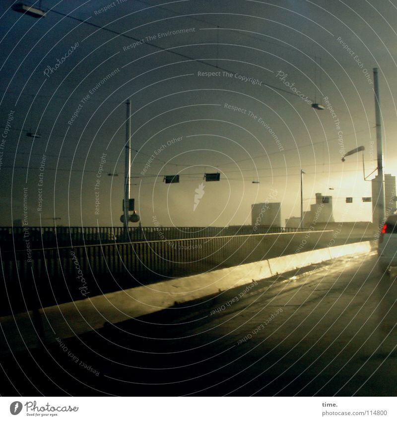 Schauerspiele (I) Wasser Sonne Wolken Straße Wege & Pfade Regen nass Beginn Verkehr Klima Brücke Asphalt Unendlichkeit Unwetter Gewitter blenden