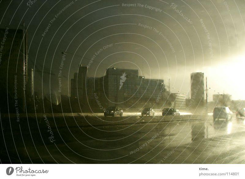Schauerspiele (II) Sonne Wasser Wolken Regen Gewitter Brücke Verkehr Straße PKW nass Beginn Bewegung Endzeitstimmung Geschwindigkeit Perspektive