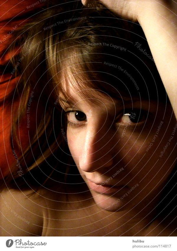 In ERwartung Frau rot Freude Gesicht Auge Gefühle Haare & Frisuren Mund Sicherheit Bett Lippen Vertrauen Bettwäsche grinsen Momentaufnahme Geborgenheit