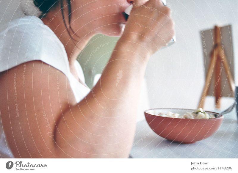 brekky Frau weiß Hand Gesunde Ernährung Erwachsene feminin Gesundheit hell Wohnung Zufriedenheit Häusliches Leben Körper Arme Kreativität Mund Lebensfreude