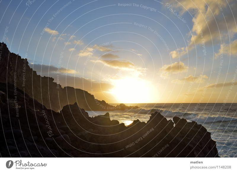 Götterdämmerung Natur Landschaft Luft Wasser Himmel Wolken Horizont Sonnenaufgang Sonnenuntergang Sonnenlicht Wetter Schönes Wetter Felsen Wellen Küste Bucht
