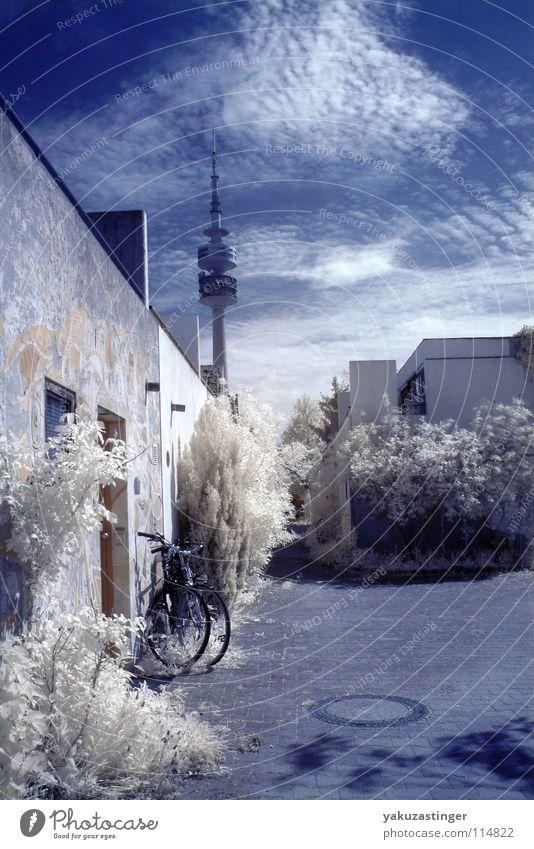 Beton Biotop Himmel blau weiß München Horizont Sträucher beige Efeu Gully Infrarotaufnahme Bayern Farbinfrarot Olympiaturm Olympisches Dorf