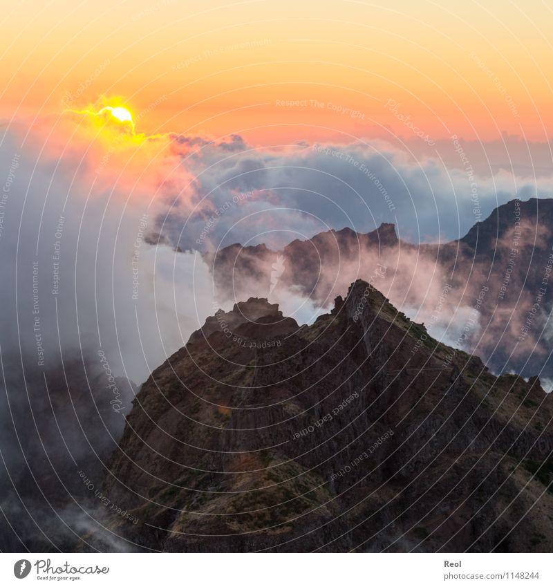 Einsamer Berg Himmel Natur Ferien & Urlaub & Reisen schön Sommer Sonne Einsamkeit Landschaft Wolken Berge u. Gebirge Felsen Horizont orange Nebel Erde Insel