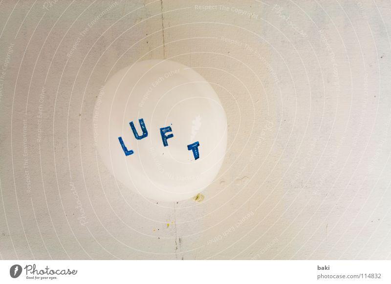 LUFTballon Luft Luftballon blasen Wand Schweben weiß Buchstaben Großbuchstabe Typographie Kunst Kunsthandwerk fliegen blau Schriftzeichen Stempel