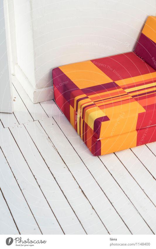 geradewegs Häusliches Leben Wohnung einrichten Innenarchitektur Sessel Raum Mauer Wand Erholung authentisch eckig einfach mehrfarbig orange rot weiß Wunsch