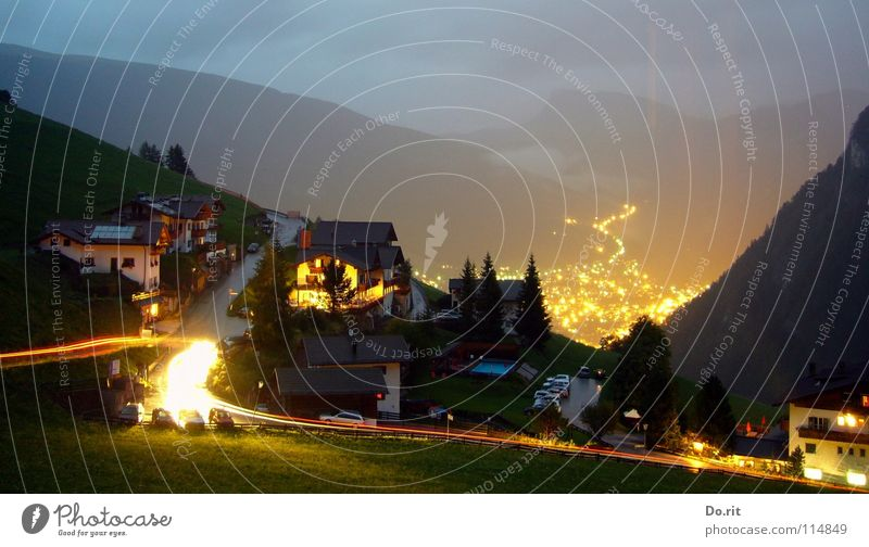 Blick ins Tal Licht Nacht dunkel Haus Baum Tanne Ferien & Urlaub & Reisen grau Wolken Wiese Gras grün Leuchtspur Dorf Italien Südtirol Dolomiten Geborgenheit