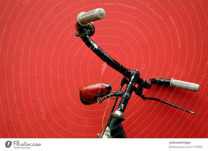 Biker gesucht..... rot Fahrrad Beton Wand Fassade Handbremse verfallen Dynamo Fahrradlenker Bremse Klingel alt Rost Lack
