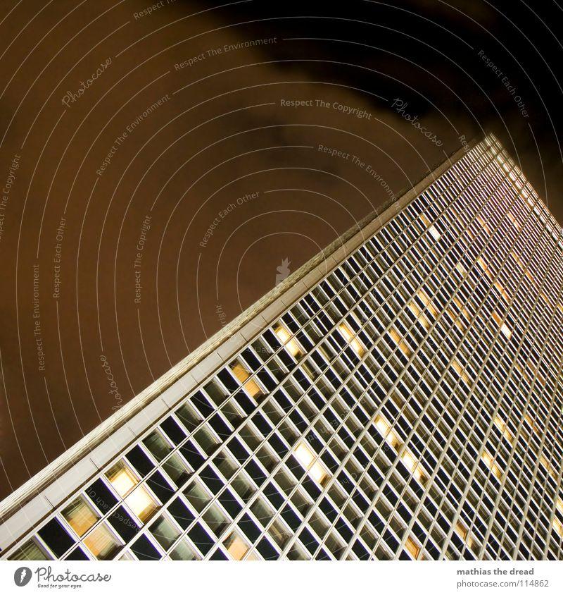 licht an, licht aus VI Haus Hochhaus groß Hotel Berlin-Mitte Alexanderplatz Fassade Licht Kunstlicht Fenster dunkel gelb mystisch fantastisch Macht mehrere