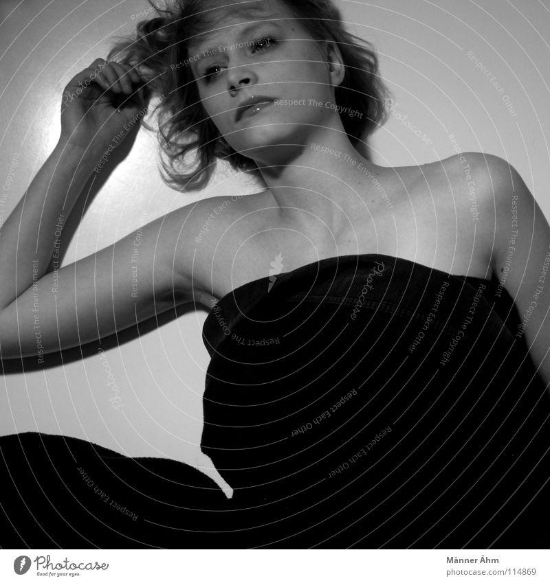 Auf den Brettern... schön Gesicht Frau Erwachsene Mund Hand Locken Denken entdecken festhalten liegen Umarmen dunkel schwarz weiß Vertrauen Einsamkeit Scham