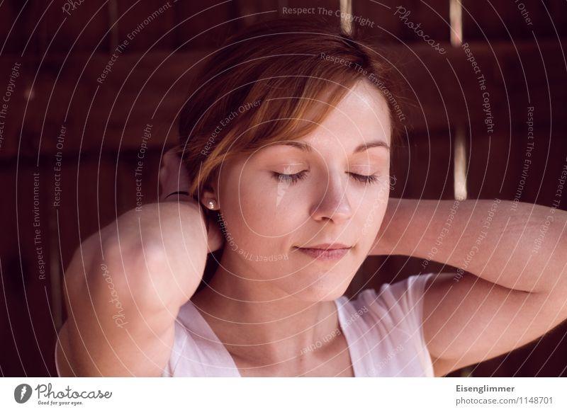 pZ2 Portrait III feminin Junge Frau Jugendliche 1 Mensch 18-30 Jahre Erwachsene T-Shirt brünett rothaarig langhaarig stehen Gelassenheit geduldig ruhig