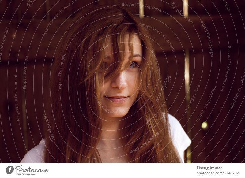 pZ2 Portrait II Mensch Junge Frau Jugendliche 18-30 Jahre Erwachsene T-Shirt brünett rothaarig langhaarig beobachten Lächeln stehen Fröhlichkeit wild Glück