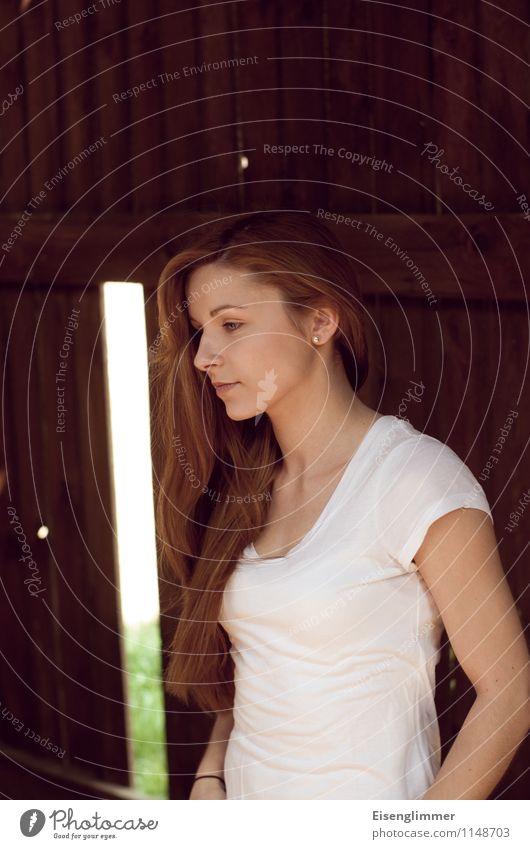 pZ2 Vici in der Scheune Mensch Jugendliche schön weiß Junge Frau 18-30 Jahre Erwachsene feminin stehen T-Shirt Gelassenheit langhaarig Vorsicht Verschwiegenheit