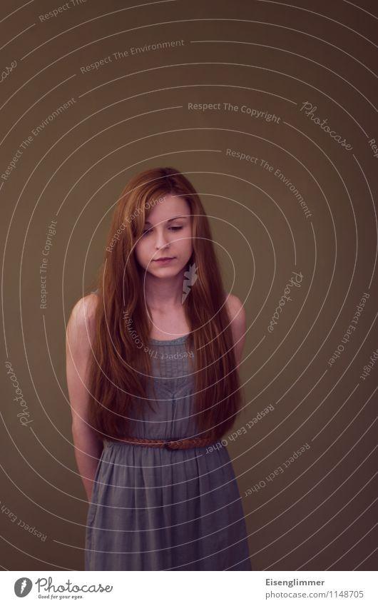 pZ2 Melancholie Mensch Jugendliche Junge Frau ruhig 18-30 Jahre dunkel Erwachsene Gefühle feminin Denken Haare & Frisuren Stimmung Angst stehen Kleid langhaarig