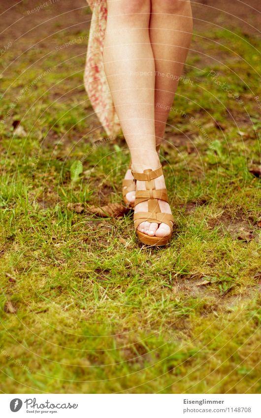 pZ2 schicke Schuhe Frau Jugendliche schön Farbe Sommer Junge Frau 18-30 Jahre Erwachsene feminin Beine Mode elegant stehen laufen Rasen Leichtigkeit