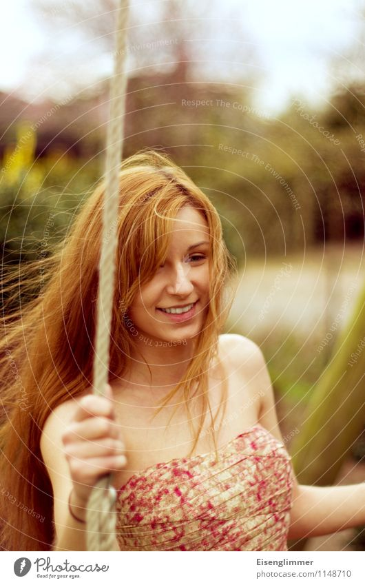 pZ2 Schaukelspaß Mensch Jugendliche schön Junge Frau Freude 18-30 Jahre Erwachsene Bewegung feminin Glück Haare & Frisuren Idylle frei Fröhlichkeit ästhetisch
