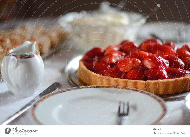 Frühstück für Photocase rot Feste & Feiern Lebensmittel Frucht Geburtstag Ernährung Tisch süß lecker Geschirr Kuchen Backwaren Teigwaren Besteck Erdbeeren