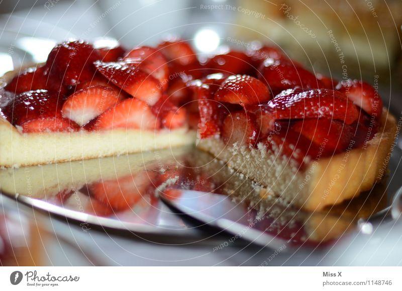 Kuchen für alle rot Essen Lebensmittel Frucht frisch Geburtstag Ernährung Kochen & Garen & Backen süß lecker Kuchen Backwaren Teigwaren saftig Erdbeeren Festessen