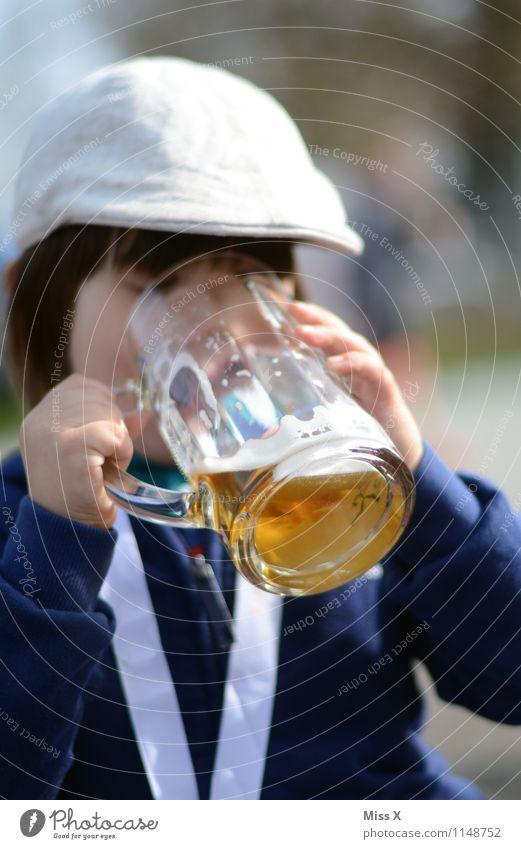 auf der Wiesn Mensch Kind Gefühle Junge Feste & Feiern Party Kindheit Glas Getränk Neugier trinken Veranstaltung Bier Kleinkind Alkohol Oktoberfest