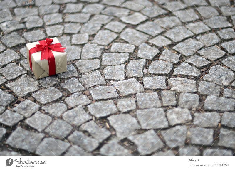 Geschenk rot Liebe Gefühle klein Feste & Feiern Stimmung Dekoration & Verzierung Geburtstag Verliebtheit Kopfsteinpflaster Vorfreude Verpackung Valentinstag