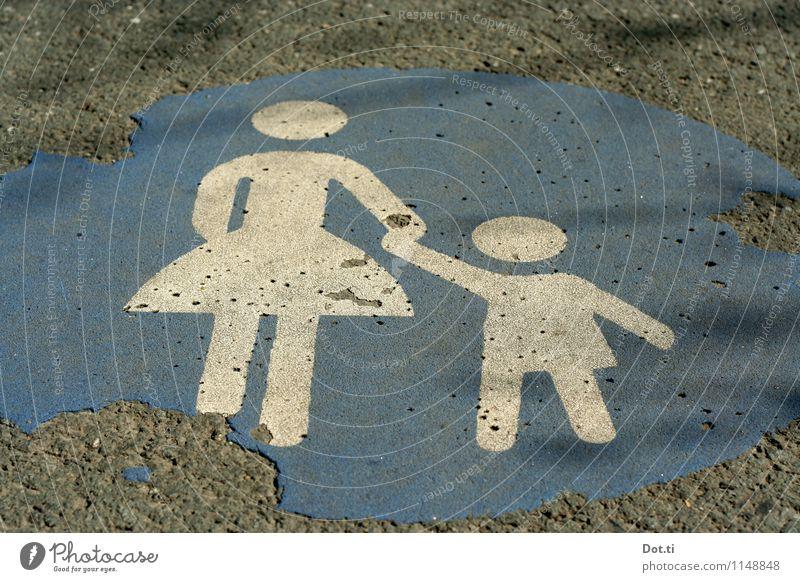 komm wir gehen ein Stück Kind blau Straße Wege & Pfade grau Schilder & Markierungen Zeichen Sicherheit Mutter Bürgersteig Asphalt verfallen Verkehrswege Figur