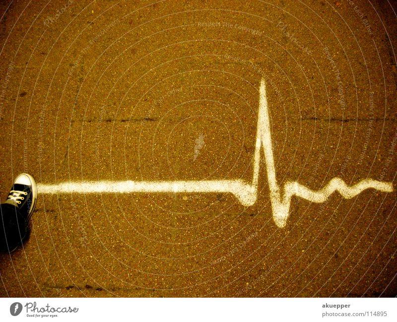 Schritt - macher Straße Graffiti Bewegung Schuhe Angst gehen Herz laufen Elektrizität außergewöhnlich Lifestyle Bodenbelag Herz-/Kreislauf-System Asphalt