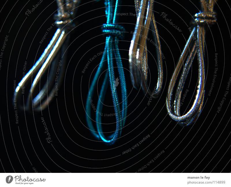 Was vom Tage übrig blieb blau Freude schwarz Schnur Stress hängen obskur silber Panik Ärger aufhängen binden Gummiband Galgen