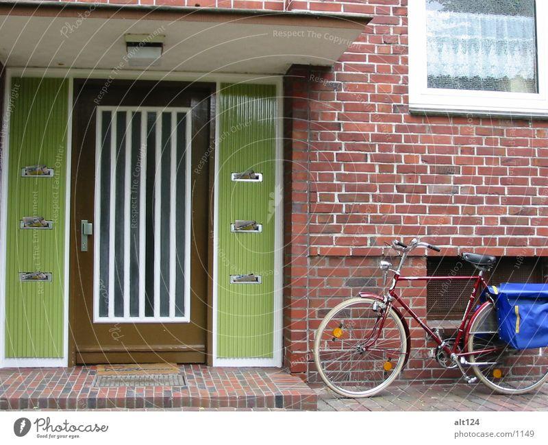 Ausgetragen Fahrrad Tasche grün Wand Dinge Stein Eingangstür