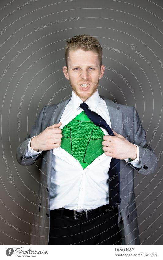 Mann mit Anzug hat Superhelden Outfit darunter an Lifestyle Stil Beruf Büroarbeit Wirtschaft Medienbranche Werbebranche Kapitalwirtschaft Börse Geldinstitut