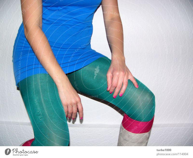 der frau horst ihr blumengesteck Frau Hand Jugendliche grün blau Stil Beine rosa Bekleidung modern dünn Gelassenheit trashig Strümpfe Strumpfhose