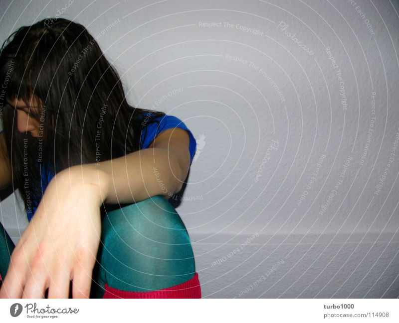 küss die hand Frau Hand Jugendliche grün blau Stil Haare & Frisuren Traurigkeit Beine Zufriedenheit Haut rosa sitzen Trauer modern