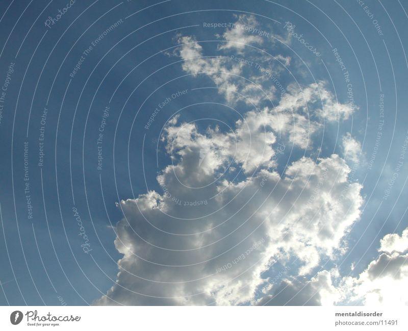 Wolken verschieben weiß Licht Sonnenstrahlen blau Himmel