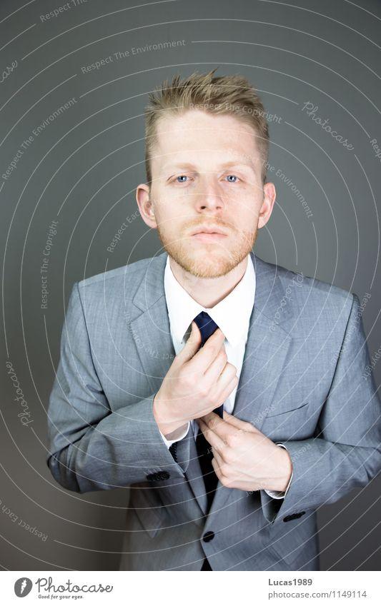 Mann richtet seine Krawatte Lifestyle Reichtum elegant Stil ausgehen Feste & Feiern Arbeit & Erwerbstätigkeit Büro Wirtschaft Kapitalwirtschaft Börse