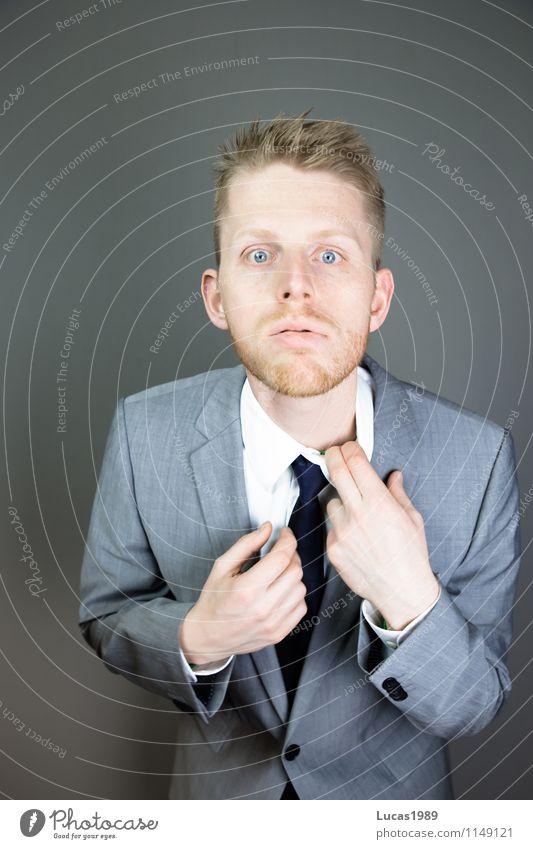 An den Kragen gehen Mensch Jugendliche Mann Junger Mann 18-30 Jahre Erwachsene maskulin Business Angst Büro Erfolg Beruf Zukunftsangst Sitzung Irritation Stress