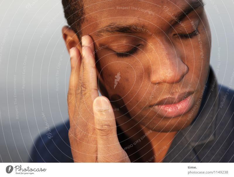Maurice Mensch Jugendliche schön Erholung Einsamkeit Junger Mann ruhig Traurigkeit Gefühle Denken träumen maskulin Zufriedenheit warten ästhetisch genießen