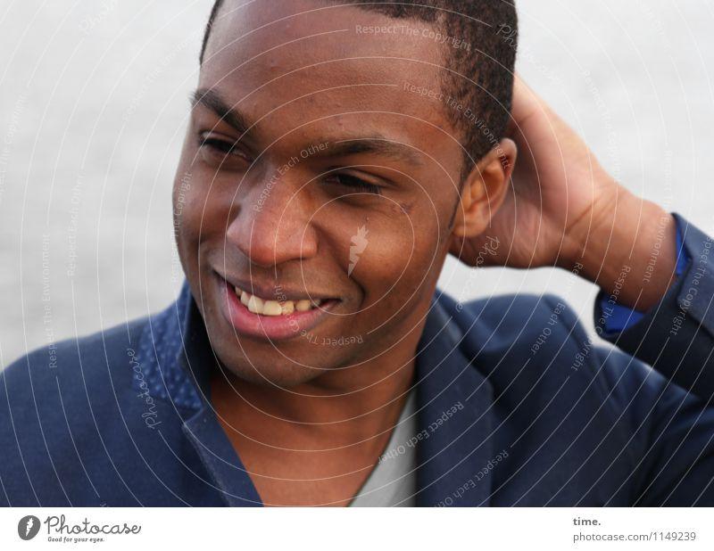 . Mensch Jugendliche schön Junger Mann ruhig Freude Leben Glück Zeit maskulin Zufriedenheit Fröhlichkeit Lächeln Lebensfreude beobachten T-Shirt