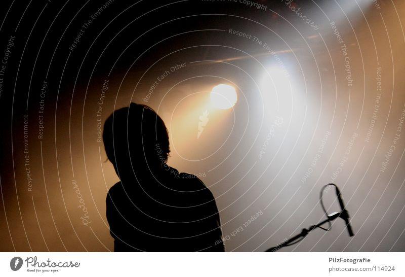 Schatten werfen keine Schatten Mann schwarz Kopf Musik braun Beleuchtung Show Konzert Rockmusik Bühne Mikrofon Veranstaltung Ständer