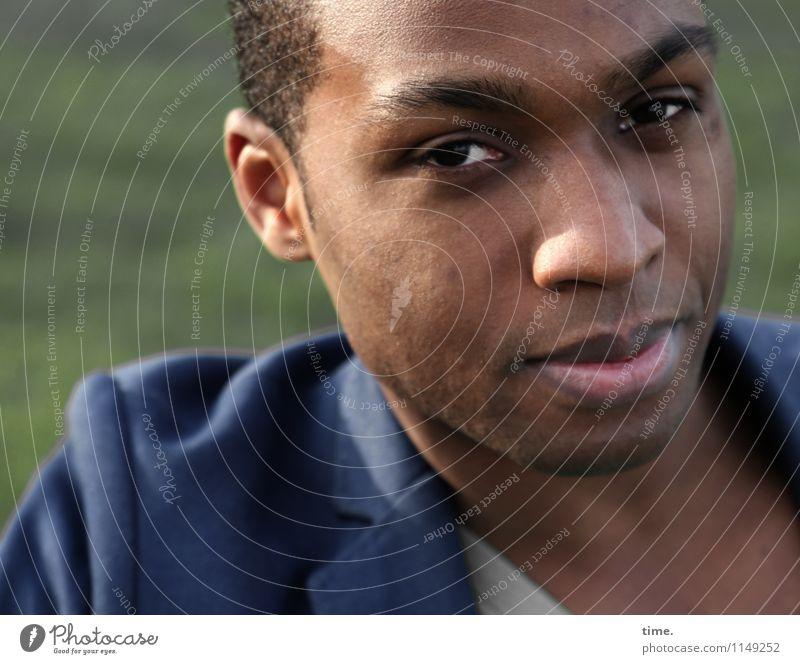 . Mensch Jugendliche schön Einsamkeit Junger Mann ruhig Gefühle Denken Zeit maskulin warten beobachten Neugier T-Shirt Gelassenheit Kontakt