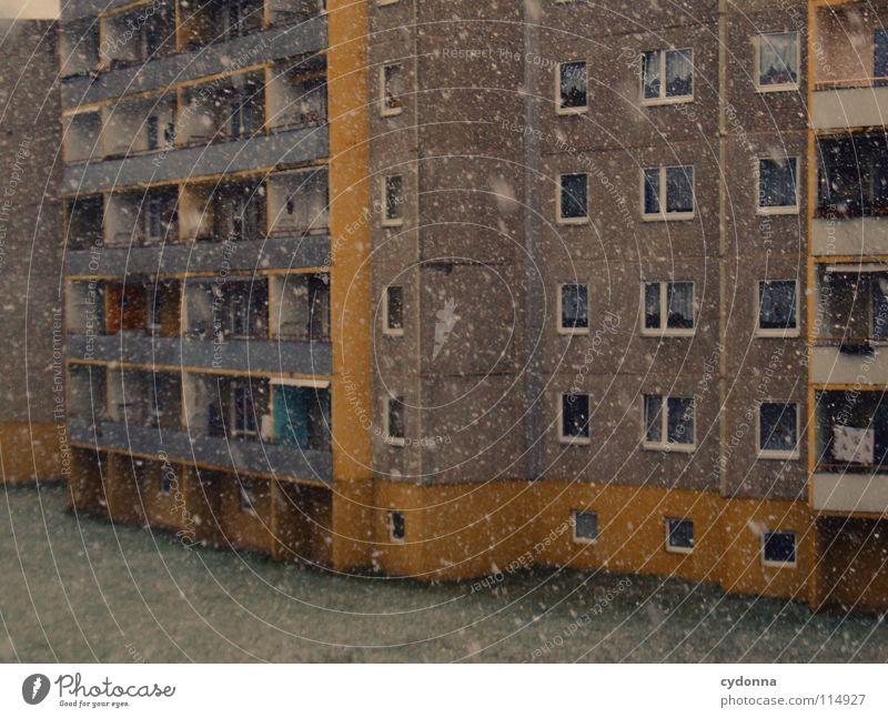 Schnee auf mein Haupt Winter Schneefall Flocke Plattenbau Haus Gebäude retro Wohnsiedlung Balkon kalt hart Einsamkeit Fassade ruhig Bauweise hässlich wirklich