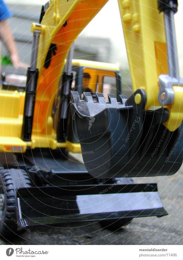 spielen macht Spass Bagger Spielzeug Mann gelb schwarz Spielen Planierraupe Dinge Statue Freude bauen toy plaything Sand grit build building caterpillar clay