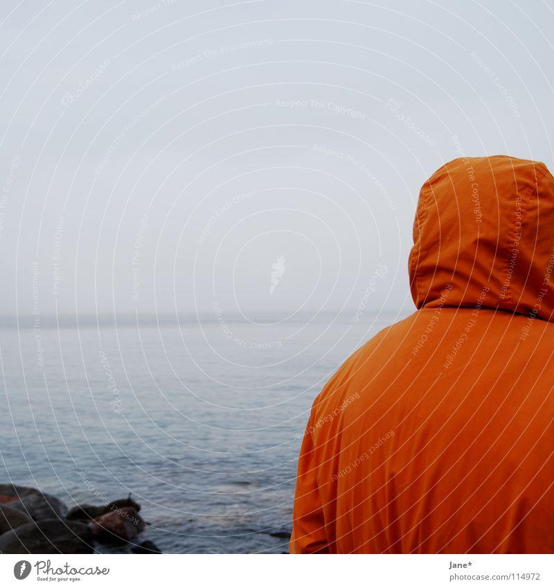 in unmittelbarer ferne grau Jacke Kapuze Horizont See Meer Wellen Küste Strand Brandung Rauschen Himmel einfach sehr wenige leer Nebel kalt horizontal Quadrat