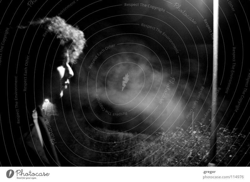 Blow Nacht Laterne Straßenbeleuchtung Rauch Smog Zigarette blasen Rauchen atmen Atem langhaarig Hippie Haare & Frisuren ruhig Frieden Bordell Erholung