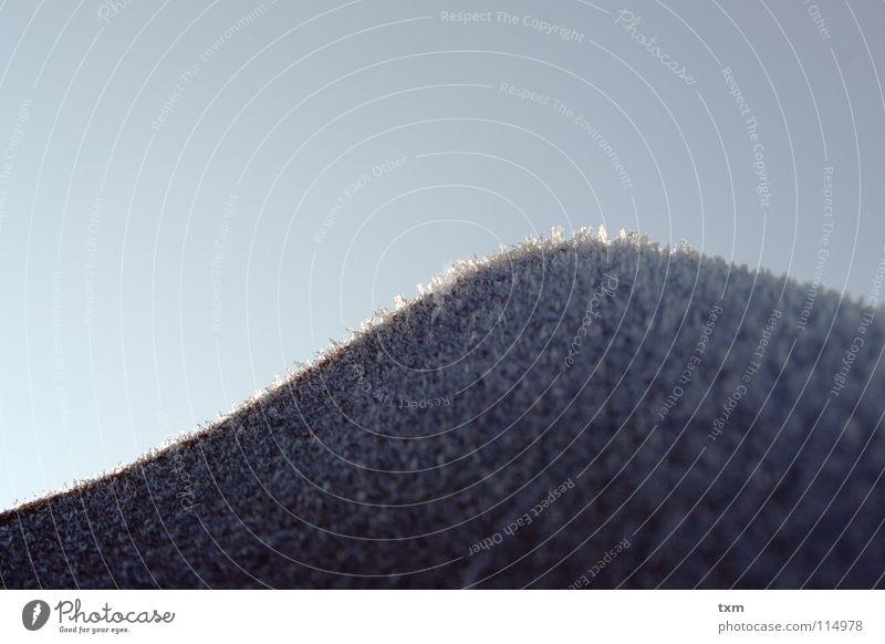 Eisiger Berg Eiskristall kalt Morgen Dachziegel weiß hart interessant geschwungen Wellen Makroaufnahme Winter raspeln Kokosnuss Raureif Seil Schnee Stein Himmel