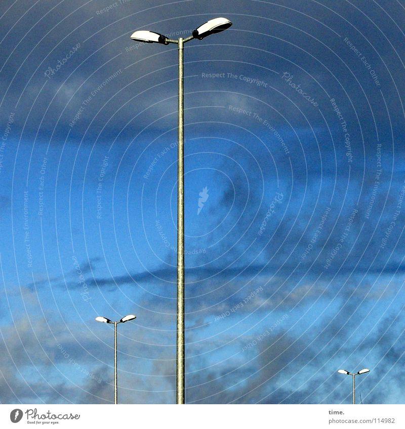 Armleuchter Lampe Himmel Wolken Wetter blau Laterne 3 gerade Straßenbeleuchtung Farbfoto Außenaufnahme Textfreiraum links Textfreiraum rechts Tag Sonnenlicht