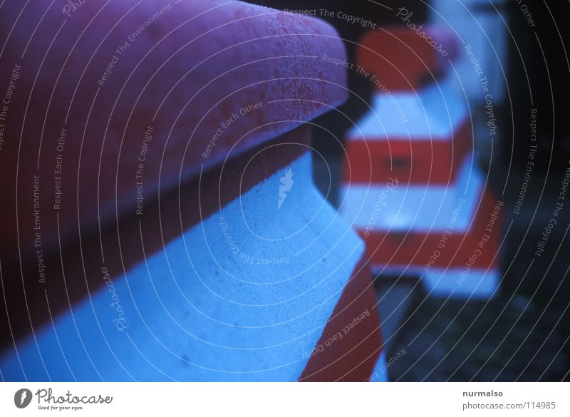 Frühstücksstopper Halt stoppen Beton Poller Grenze Überschreitung Aufschlag Krieg rot weiß gestreift Garage Verkehr brechen Mauer Zone Demonstration kalt Morgen