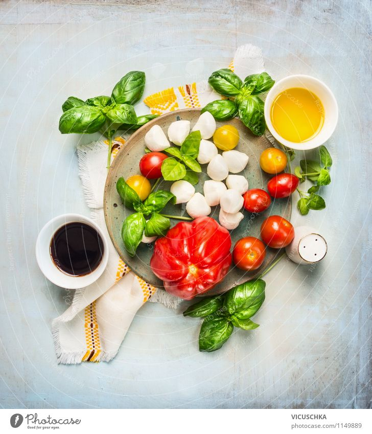 Salat aus Tomaten und Mozzarella mit Balsamico-Dressing Gesunde Ernährung Leben Stil Lebensmittel Design Kräuter & Gewürze Gemüse Bioprodukte Geschirr