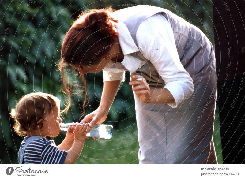 helfende Hand Familie & Verwandtschaft Frau Eltern Wasser Liebe Junge Mutter Kind Flasche Sohn