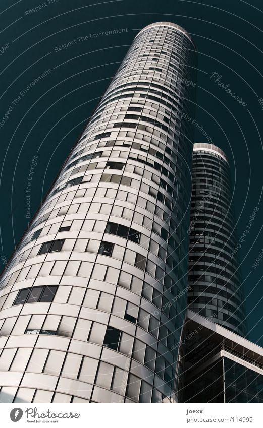 Turmbau Himmel blau weiß Stadt Einsamkeit Fenster Wand Gebäude Business Linie Arbeit & Erwerbstätigkeit Glas Fassade hoch Hochhaus