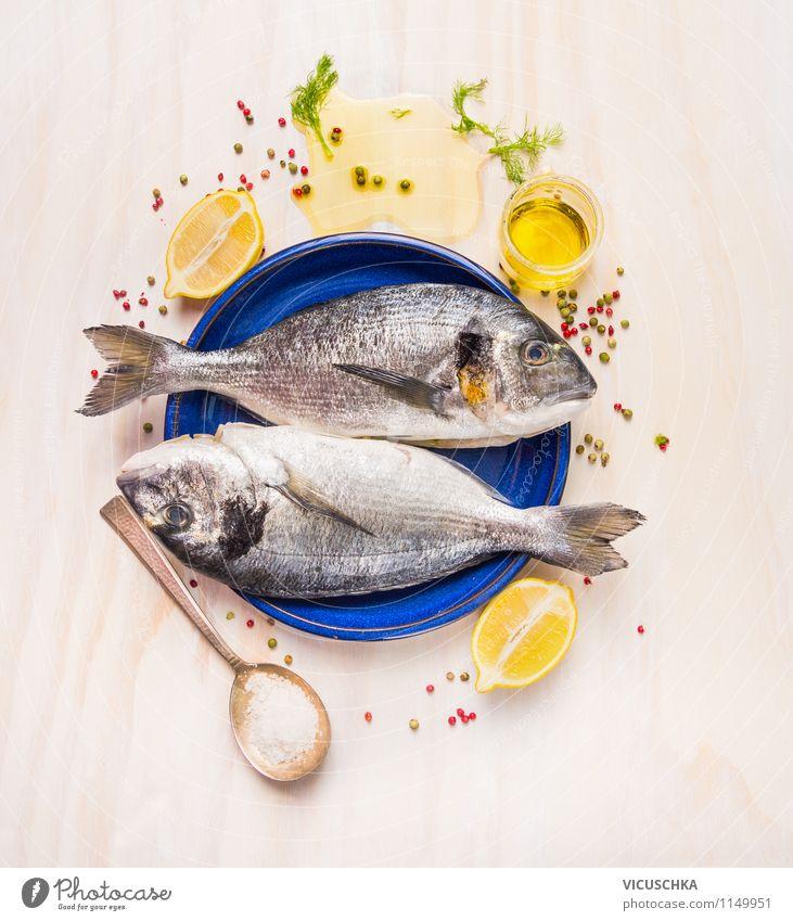 Frische Fisch mit Zitrone und Öl zubereiten Lebensmittel Frucht Kräuter & Gewürze Ernährung Mittagessen Abendessen Festessen Bioprodukte Vegetarische Ernährung