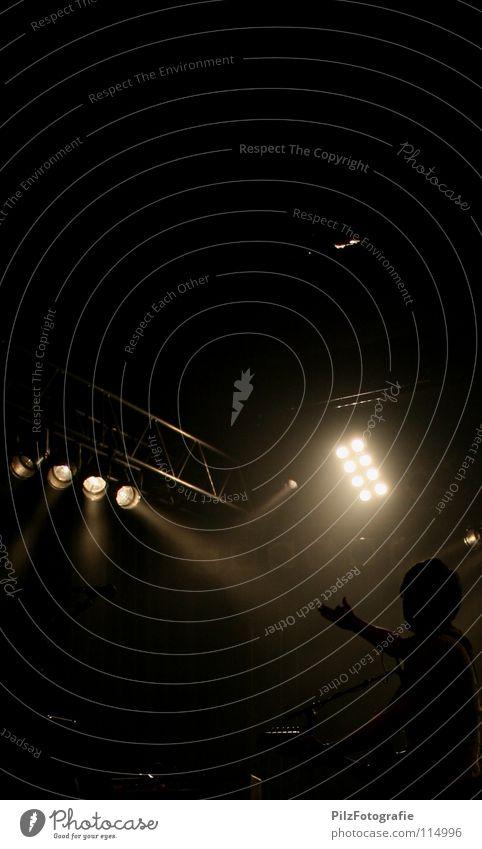 Explosion Mann weiß schwarz Lampe Musik Beleuchtung Ende Konzert Rockmusik Gitarre Applaus Scheinwerfer Leuchter Balken